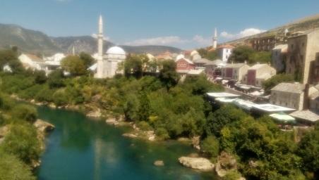 Pemandangan dari atas Jembatan Mostar. Masjid di pinggir sungai itu namanya Masjid Koskun-Mehmed Pasha.