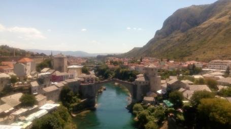 Mostar Bridge dan pemandangan kota Mostar, dilihat dari atas minaret masjid.