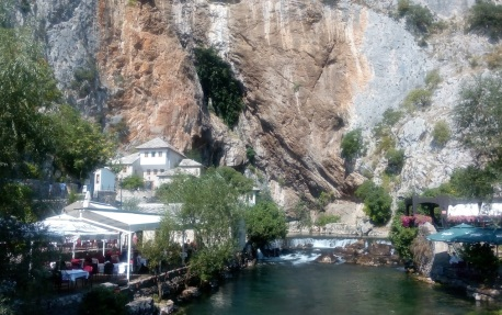 Blagaj Tekke (bangunan putih) dan Sungai Buna.