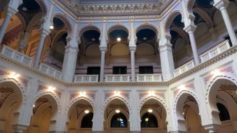 Interior City Hall. Nuansanya Moorish - Moroccan banget.