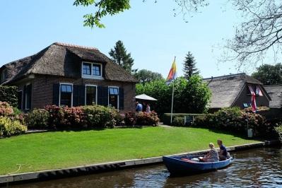 Menyewa perahu motor, merupakan cara terbaik untuk menikmati Giethoorn.