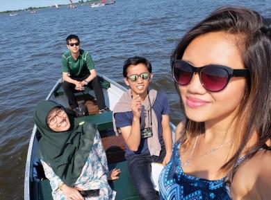 Indonesian game changers (baca: Rani yang sedang mencoba kamera barunya).