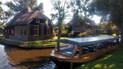 Kapal besar untuk scheduled tour mengelilingi desa, berdurasi 1 jam.