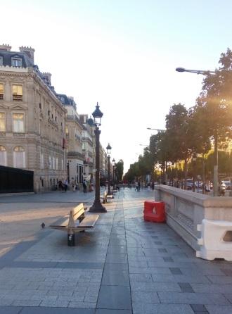 Champs-Élysées, jalan yang memanjang dari Arc de Triomphe hingga Louvre.