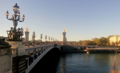 Pont Alexandre III. Bangunan di pojok itu The Army Museum.