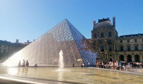 Louvre Museum. Piramid di depannya jadi terkenal gara-gara Da Vinci Code-nya Dan Brown.