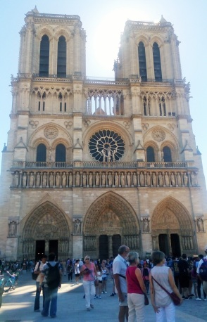 Notre-Dame. Kelihatan kan ya betapa teriknya hari itu?